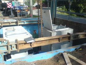Pumpenschacht in Baugrube versetzt